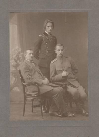 Nežinomas fotografas. Nuotrauka. Adolfas Sruoga, Balys Sruoga ir Juozas Sruoga. 1914