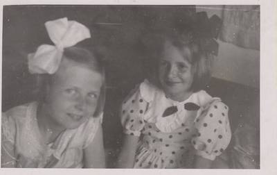 Nežinomas autorius. Nuotrauka. Dalia Sruogaitė ir neatpažintas asmuo vaikų darželyje. 1931