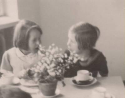 Nežinomas autorius. Nuotrauka. Dalia Sruogaitė ir Dana Karužaitė vaikų darželyje. 1931