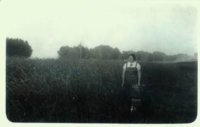 Fotografija. Malvina Valeikienė Giedraičių laukuose. 1935