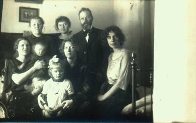 Fotografija. Malvina Valeikienė su mama ir vyru. 1924