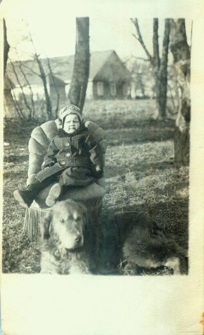 Fotografija. Danutė Valeikaitė, g. 1920 m. ir Valeikų šuo. 1922