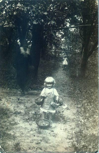 Fotografija. Su krepšiais Milda Valeikaitė. 1926