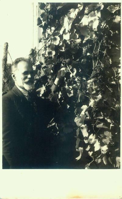 Fotografija. Matas Valeika savo sode. 1926