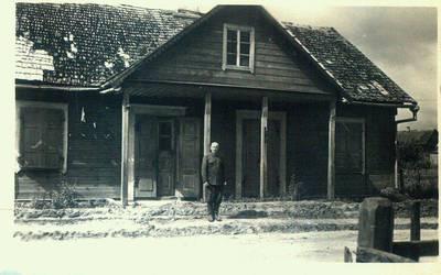 Fotografija.Giedraičių (Priešais bažnyčią) arbatinės savininkas Zaremba prie namų