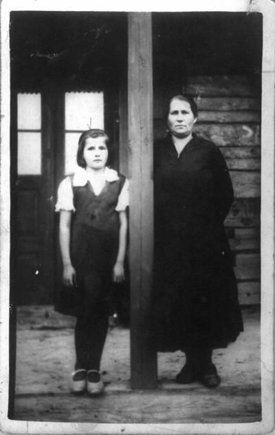 Fotografija. Žano Zarembos motina ir sesuo Hanė prie arbatinės. 1926
