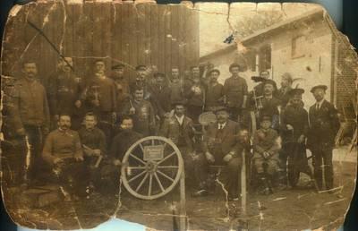 Fotografija. Grupinė stovinčių ir sėdinčių vyrų nuotrauka. 1915