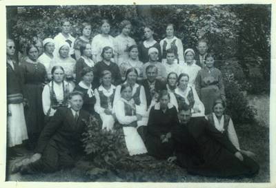 Fotografija. Giedraičių jaunimas su kunigu