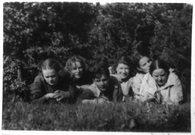 Fotografija. Malvina Valeikienė su jaunimu