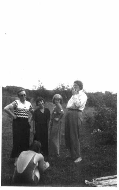 Fotografija. Malvina Valeikienė su dukra ir mokytoja