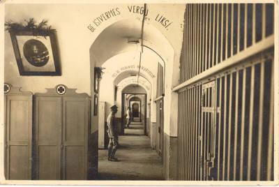 Kauno tvirtovės VI forto kariškių kalėjimo vidus. Kaunas, Lietuva, 1930 m.