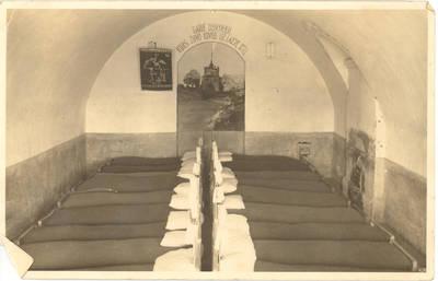 Kauno tvirtovės VI forto kariškių kalėjimo kareivinių miegamojo vidus. Kaunas, Lietuva, 1930 m.