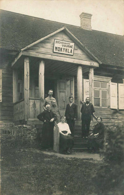 Mokytojai prie Krekenavos vidurinės mokyklos senojo pastato. Krekenava, Panevėžio apskr., Lietuva, 1924 m.
