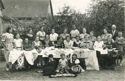 Krekenavos siuvimo kursų dalyvės su pačių sukurtais rankdarbiais. Panevėžio apskr., Lietuva, iki 1924 m.