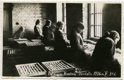 Panevėžio maisto pramonės kiaušinių sandėlio darbuotojos rūšiuoja kiaušinius. Lietuva, 1936 m.