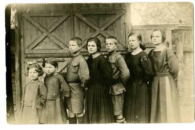 Marija Česlova Žukaitė (centre) su draugais. Kaunas, Lietuva, 1922 m.