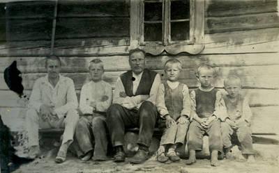 Jonas Kazlauskas su kaimynu ir kaimo berniukais. Lietuva, 1932 m.