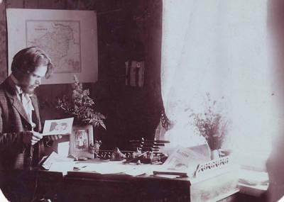 """Laikraščio """"Aušrinė"""" sumanytojas ir redaktorius Stasys Šilingas prie darbo stalo. Bagaslaviškis, Lietuva, apie 1911 m."""