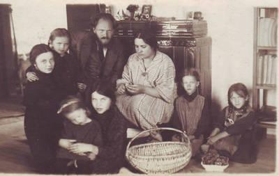 Stasys Šilingas su žmona Emilija ir šešiomis dukromis. Misiūnai, Paežerėlių valsčius, Šakių apskritis, Lietuva, apie 1925–1926 m.
