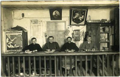 Judelis Fridbergas. Marijampolės apskrities viešosios policijos nuovados viršininko pavaduotojas Juozas Černiauskas su nuovados  darbuotojais. Keturvalakiai, Lietuva, apie 1933 m.