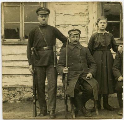 Vienas pirmųjų Marijampolės apskrities viešosios milicijos tarnautojų - Juozas Černiauskas (kairėje) su kolega milicininku ir moterimi. Marijampolės apskr., Lietuva, apie 1918 m.
