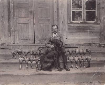 Stasys Putvinskis po sėkmingos medžioklės. Šilo Pavėžupio dvaras, Šaukėnų vlsč., Lietuva, apie 1933–1934 m.