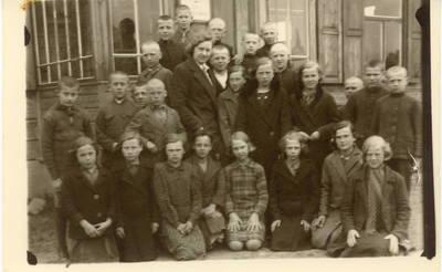 Aleksandra Šilgalytė su Obelių pradinės mokyklos ketvirto skyriaus mokiniais / Aleksandra Šilgalytė ...[et al.]. - 1936