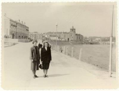 Kalbininkė Julija Žukauskaitė su kolege Neries krantinėje Vilniuje / Julija Žukauskaitė ... [et al.]. - 1955.05.01