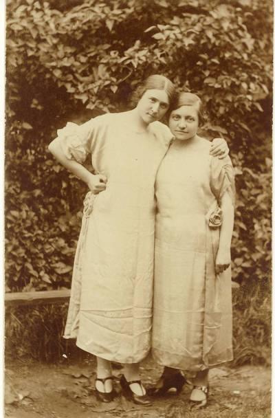 Mokytoja Paulina Žitkevičiūtė-Lukoševičienė su drauge / Paulina Žitkevičiūtė ... [et al.]. - 1925.09.25