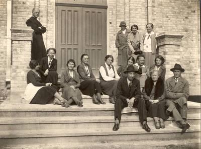 Panevėžio lenkų gimnazijos pedagogai ant gimnazijos laiptų / Valerijonas Straševičius ... [et al.]. - 1932