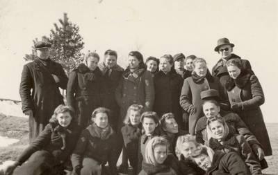 Mokytojas Leonas Kuodys Linkuvoje su mokiniais / Leonas Kuodys ... [et al.]. - apie 1942