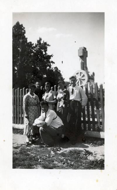 Povilas Bukavičius su grupe bendramokslių / Povilas Bukavičius ... [et al.]. - 1936.09.10