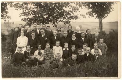 Barklainių pradinės mokyklos mokiniai ir mokytojai / Elena Gabulaitė ... [et al.]. - 1930