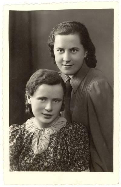 Vytauto Didžiojo universiteto Humanitarinių mokslų fakulteto Filologijos skyriaus studentės Elena Gabulaitė ir Emilija Šešeikaitė / Elena Gabulaitė, Emilija Šešeikaitė]. - apie 1939
