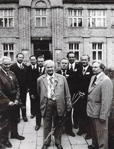 Panevėžio mokytojų seminarijos absolventų susitikimas po 30-ties metų. Iš kairės: M. Lukšys, M. Karka, J. Survila. 2-oje eilėje: Z. Pilkauskas, Vl. Rutkauskas, Baranauskas, Vl. Trachinas, A. Budavičius, Breiva. / Motiejus Lukšys ... [et al.]. - 1978