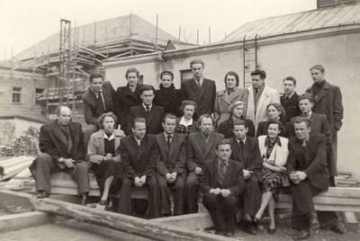 Panevėžio dramos teatro aktoriai prie senojo dramos teatro pastato Respublikos gatvėje / Bronius Babkauskas ... [et al.]. - apie 1954