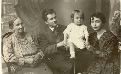 Mykolas ir Julija Karkos su sūnumi Vytautu bei Mykolo Karkos motina Kotryna Karkiene / Mykolas Karka ... [et al.]. - 1921
