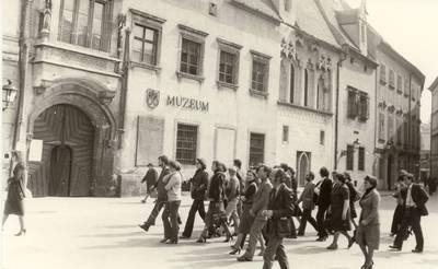 Panevėžio lėlių liaudies teatro kolektyvo ekskursija Prahoje / foto Vytauto Juškevičiaus. - 1977