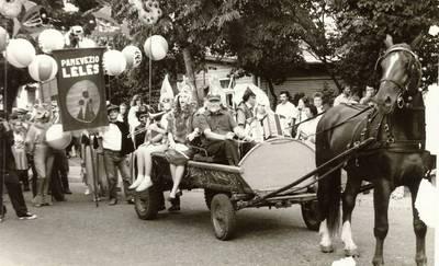 Panevėžio lėlių liaudies teatro kolektyvas kasmetinėje liaudies teatrų po atviru dangumi festivalio šventinėje eisenoje Palangoje / foto Vytauto Juškevičiaus. - 1984