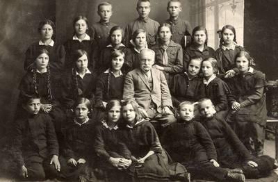 Grupė moksleivių su mokytoju A. Janulevičiumi / A. Janulevičius ... [et al.]. - apie 1920
