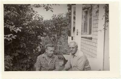 Stasys Šneideris ir mokytojas Bronius Antanaitis Antanaičių šeimos sode / Stasys Šneideris, Bronius Antanaitis. - apie 1974-1975