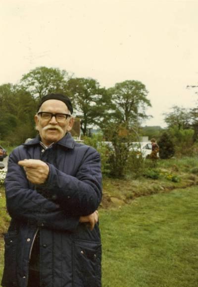 Kazimieras Barėnas prie Lietuvių sodybos Headley parke (Bordon, Jungtinė Karalystė) / Kazimieras Barėnas. - apie 1985