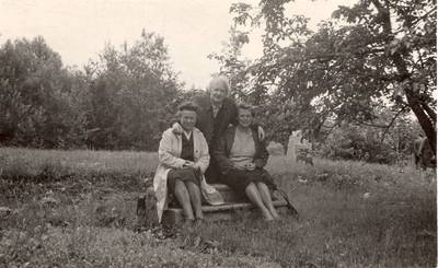 Elena Gabulaitė (kairėje), Aleksandra Šilgalytė ir Elena Bujokaitė-Švelnienė poetės Salomėjos Nėries tėviškėje Kiršuose / Elena Gabulaitė ... [et al.]. - 1968