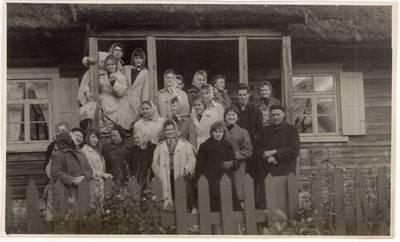 Mokytoja Elena Gabulaitė su Panevėžio 1-osios vidurinės mokyklos 10 klasės moksleiviais ekskursijoje po Anykščių apylinkes. Ekskursijos dalyviai rašytojo J. Biliūno tėviškėje Niūronyse su rašytoja B. Buivydaite bei A. Baranausko ir A. Vienuolio-Žukausko memorialiniame muziejuje Anykščiuose / Elena Gabulaitė ... [et al.]. - 1961