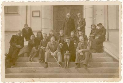 [Panevėžio mergaičių gimnazijos pedagogų kolektyvas ant gimnazijos laiptų. Grupinė nuotrauka] / Elena Gabulaitė ... [et al.]. - 1945