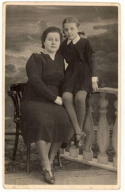 [Irena Smilgaitė su motina Valerija Smilgiene. Portretinė nuotrauka / Irena Smilgaitė, Valerija Smilgienė]. - 1941