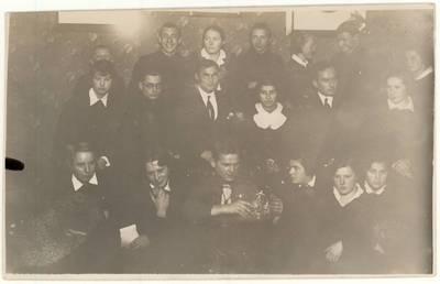 [Rokiškio J. Tumo-Vaižganto gimnazijos moksleiviai su mokytojais. Grupinė nuotrauka] / Petras Rapšys ... [et al.]. - 1935.01.14