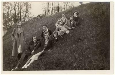 Panevėžio lenkų gimnazijos moksleivės laisvalaikiu gamtoje. Grupinė nuotrauka / Halina Moigytė ... [et al.]. - 1935