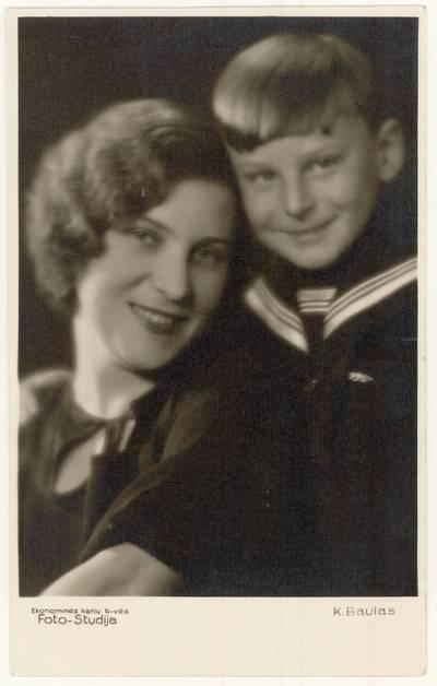 Marija Eidrigevičiūtė-Raudonikienė su sūnumi Raimundu Raudonikiu. Grupinė nuotrauka / Marija Eidrigevičiūtė-Raudonikienė, Raimundas Raudonikis. - 1935