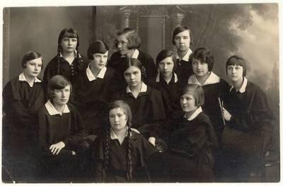 Panevėžio lenkų gimnazijos 6-os klasės moksleivės. Grupinė nuotrauka / Irena Moigytė ... [et al.]. - 1931.06.11